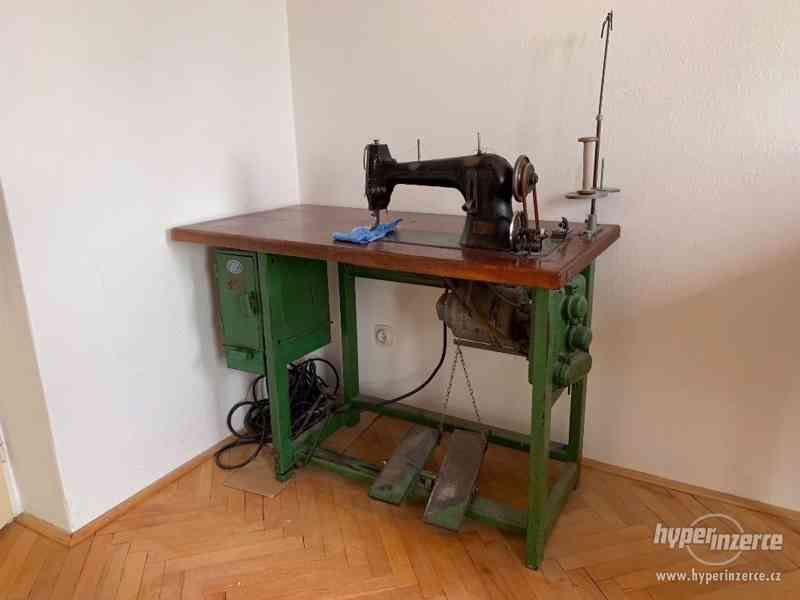 Starý průmyslový šicí stroj