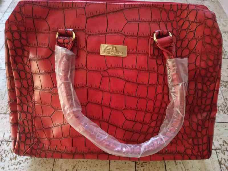 červená kabelka s krokodýlím vzorem
