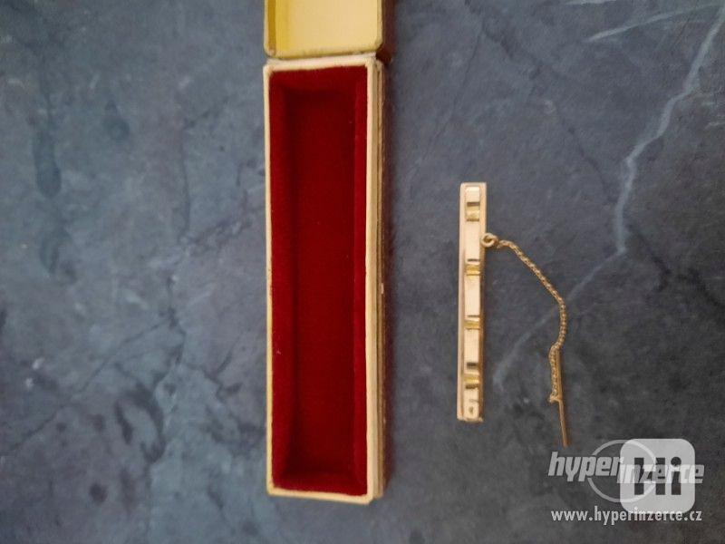 zlatou sponu na kravatu - foto 2