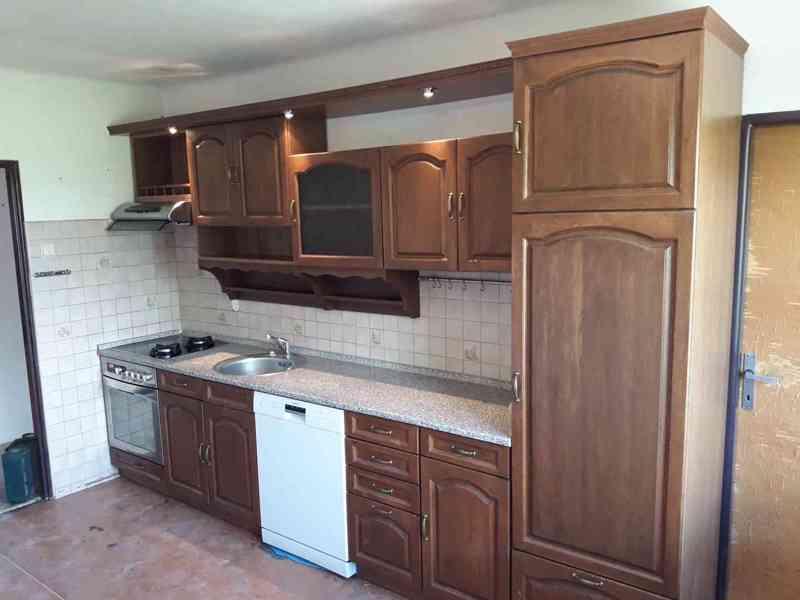 Kuchyně, komoda, stůl s lavicí a židlemi