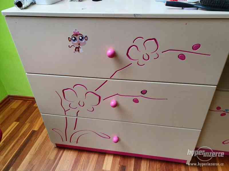 Sestava dětského nábytku - postel, skříň, knihovna...