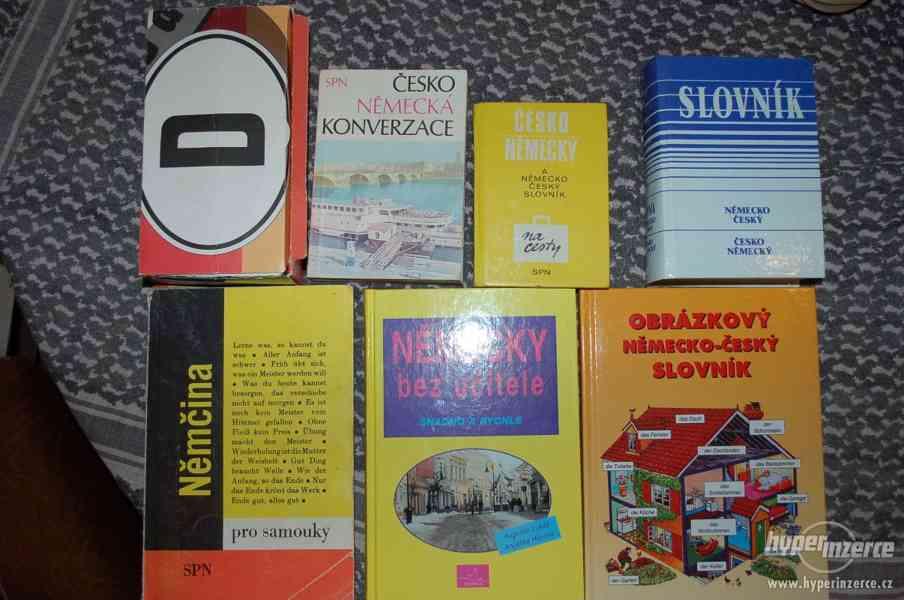 7 různých učebnic a slovníků