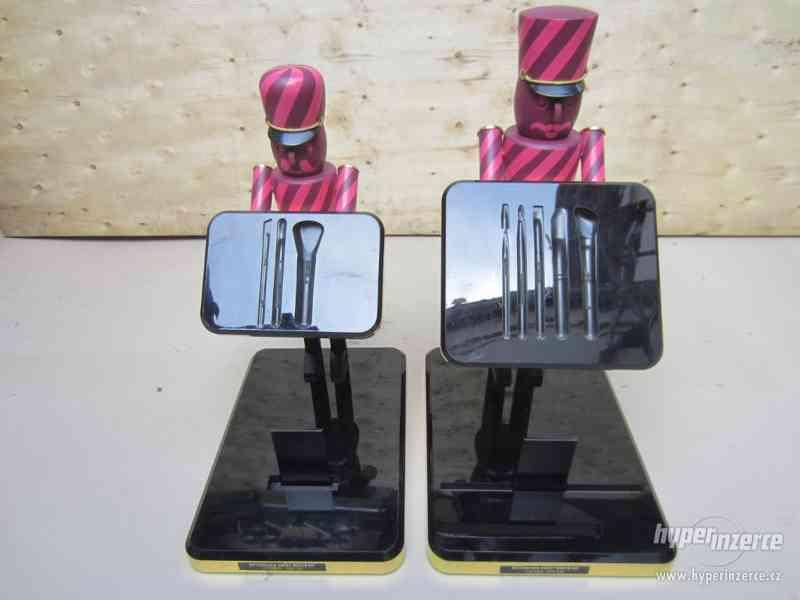 Dva reklamní panáci se stojánky, výška cca 35cm. - foto 1
