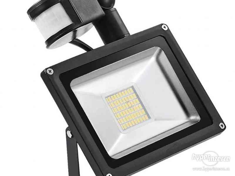 LED světlo(reflektor,halogen) s pohyb.čidlem.