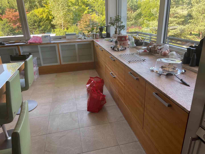 Kuchyňská linka včetně všech spotřebičů i židlí! - foto 1