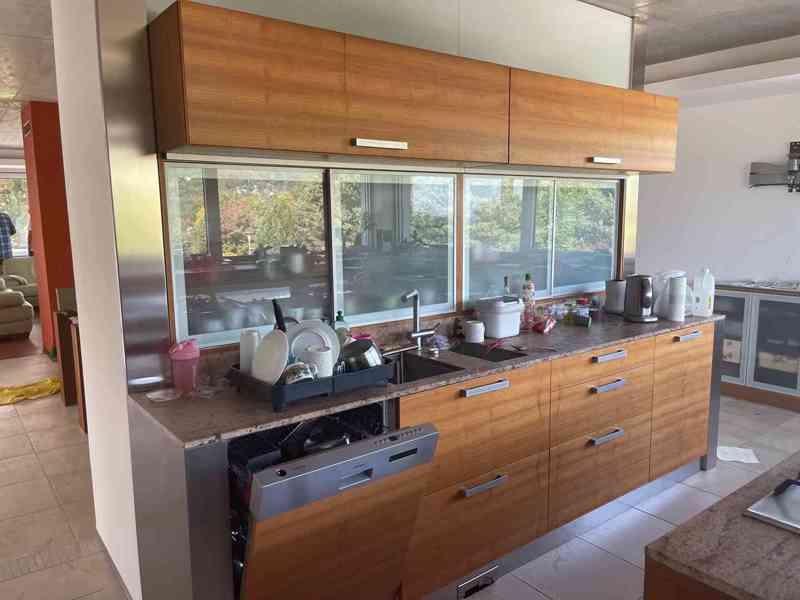 Kuchyňská linka včetně všech spotřebičů i židlí! - foto 5