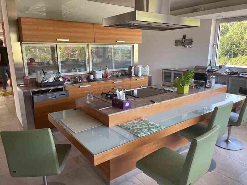 Kuchyňská linka včetně všech spotřebičů i židlí! - foto 3