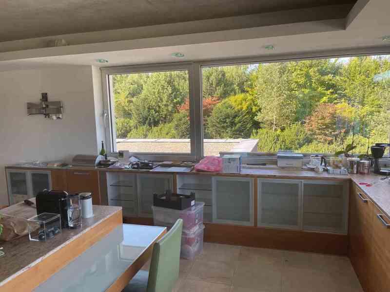 Kuchyňská linka včetně všech spotřebičů i židlí! - foto 2
