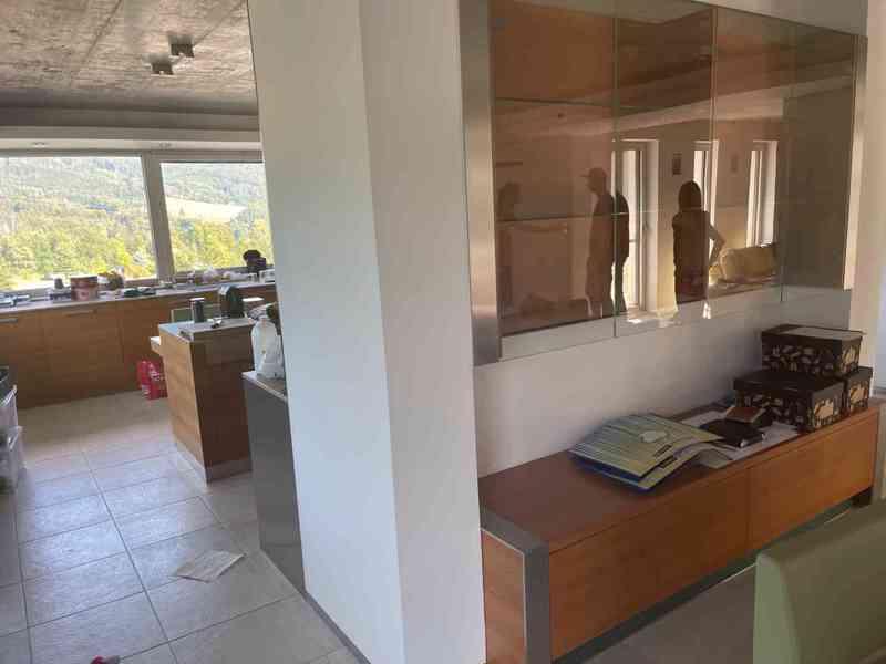 Kuchyňská linka včetně všech spotřebičů i židlí! - foto 8