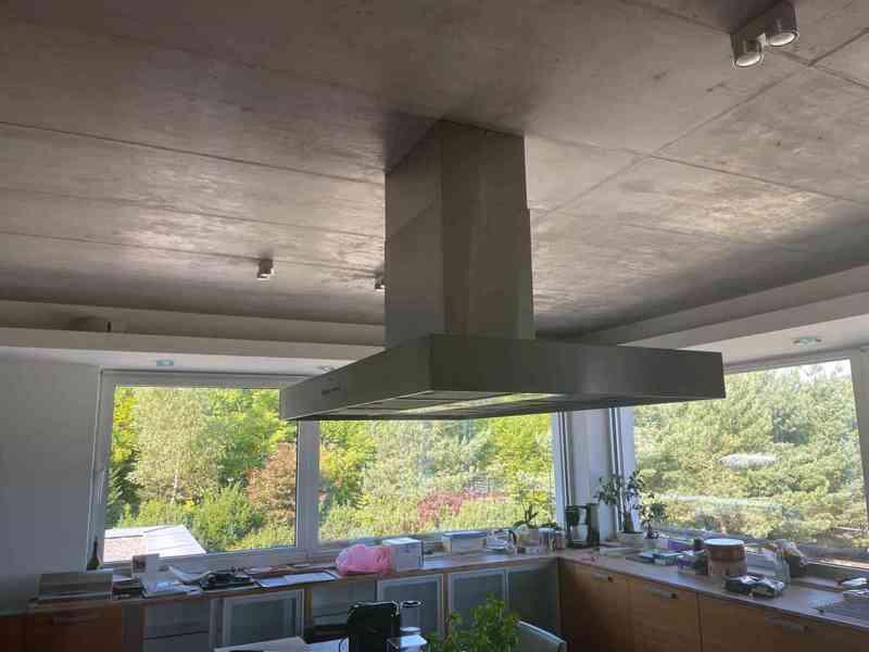 Kuchyňská linka včetně všech spotřebičů i židlí! - foto 7