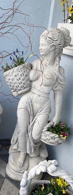 Betonová socha květinářka