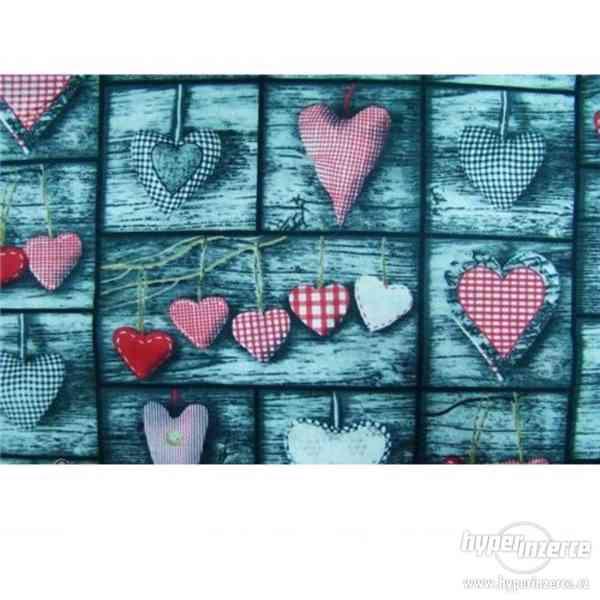 Bavlněná látka - srdce červené na šedé desce