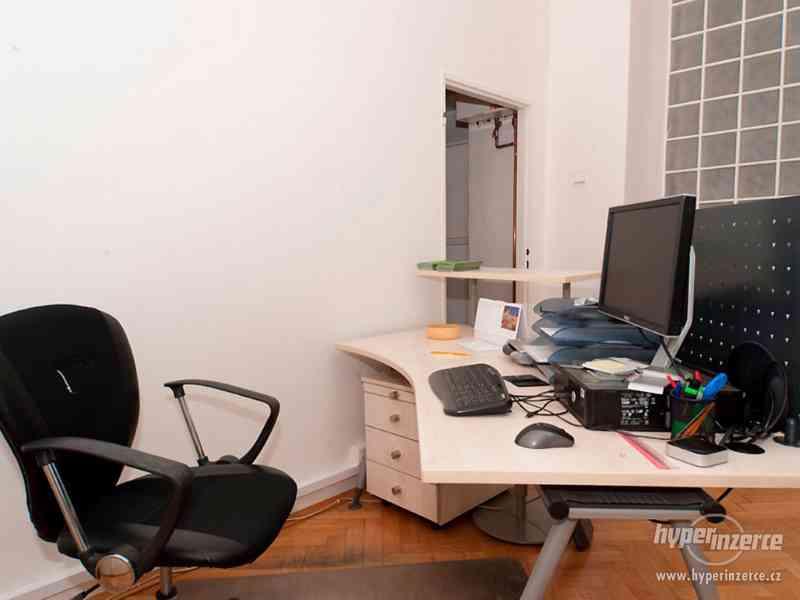 Recepční stůl v perfektním stavu + další kancelářský nábytek - foto 2