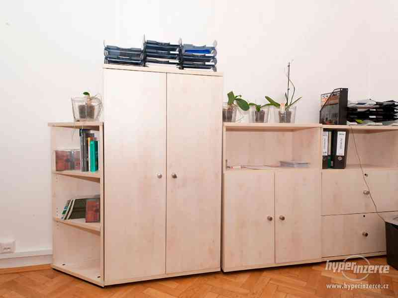 Recepční stůl v perfektním stavu + další kancelářský nábytek - foto 4