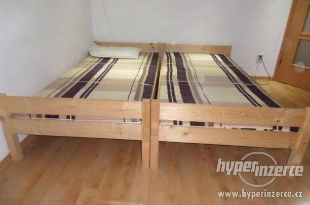 Nová jednolůžková postel z masivu s roštem a matrací zdarma.