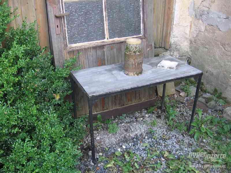 Mramorový zahradní stůl