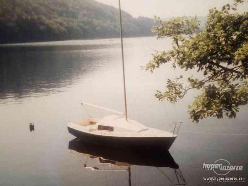 Prodám kajutovou plachetnici s přívěsem - foto 5
