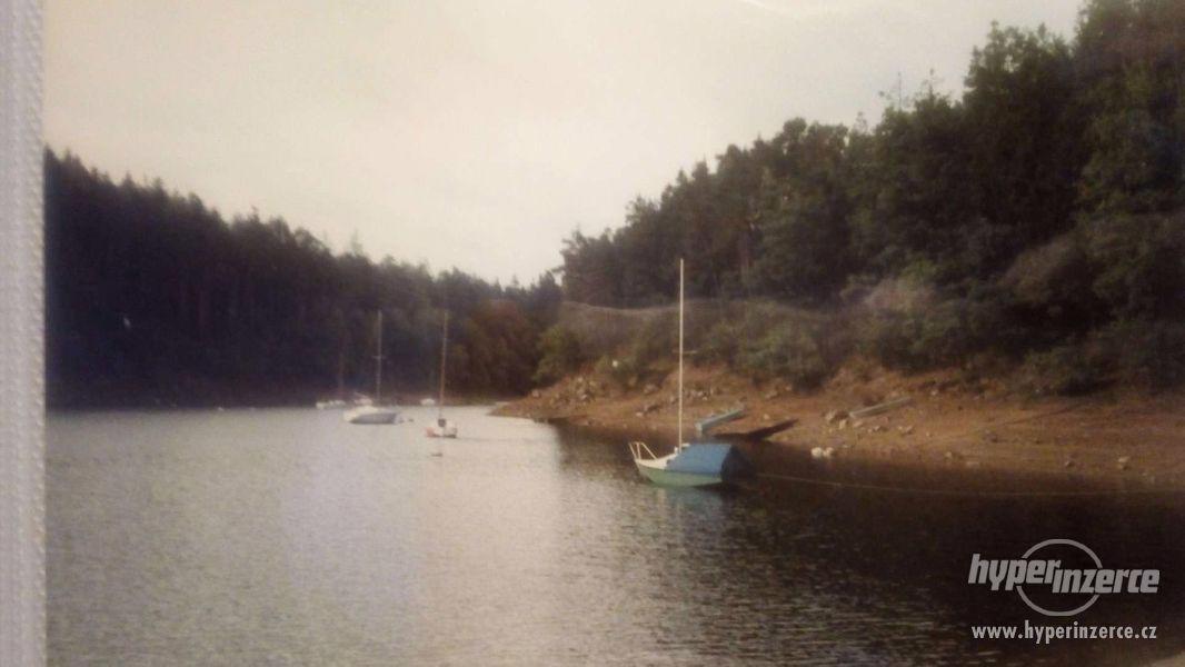 Prodám kajutovou plachetnici s přívěsem - foto 3
