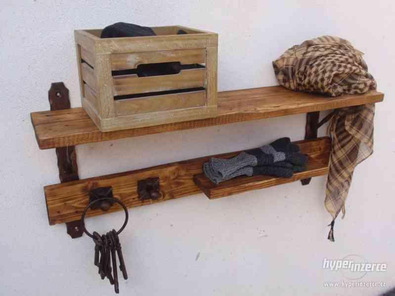 Dřevěná police s věšáky rustik - foto 1