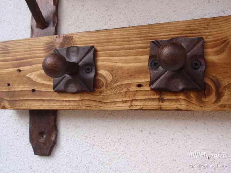 Dřevěná police s věšáky rustik - foto 2