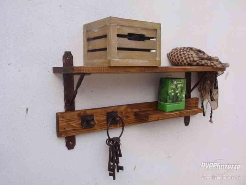 Dřevěná police s věšáky rustik - foto 3
