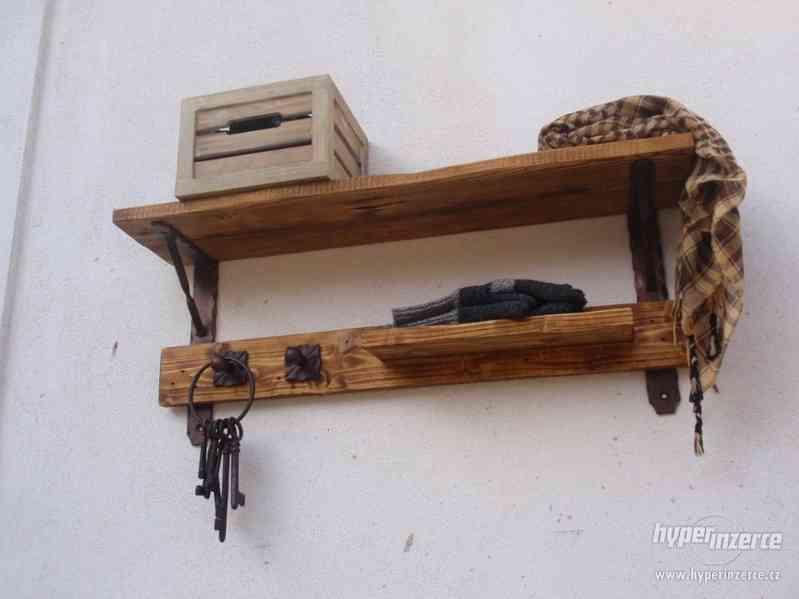 Dřevěná police s věšáky rustik - foto 5