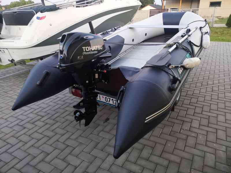 Nafukovací člun s motorem a přívěsem