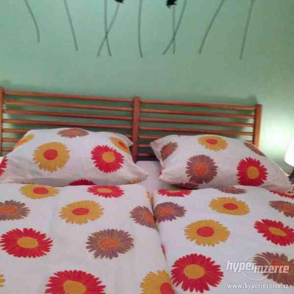 Manželská postel z masivu borovice