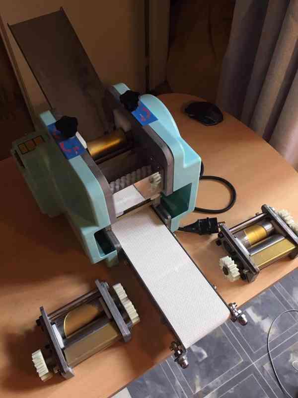 stroj na výrobu kulatých těstových polotovarů