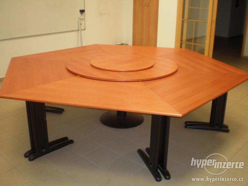 Velký masivní stůl s otáčecí deskou.