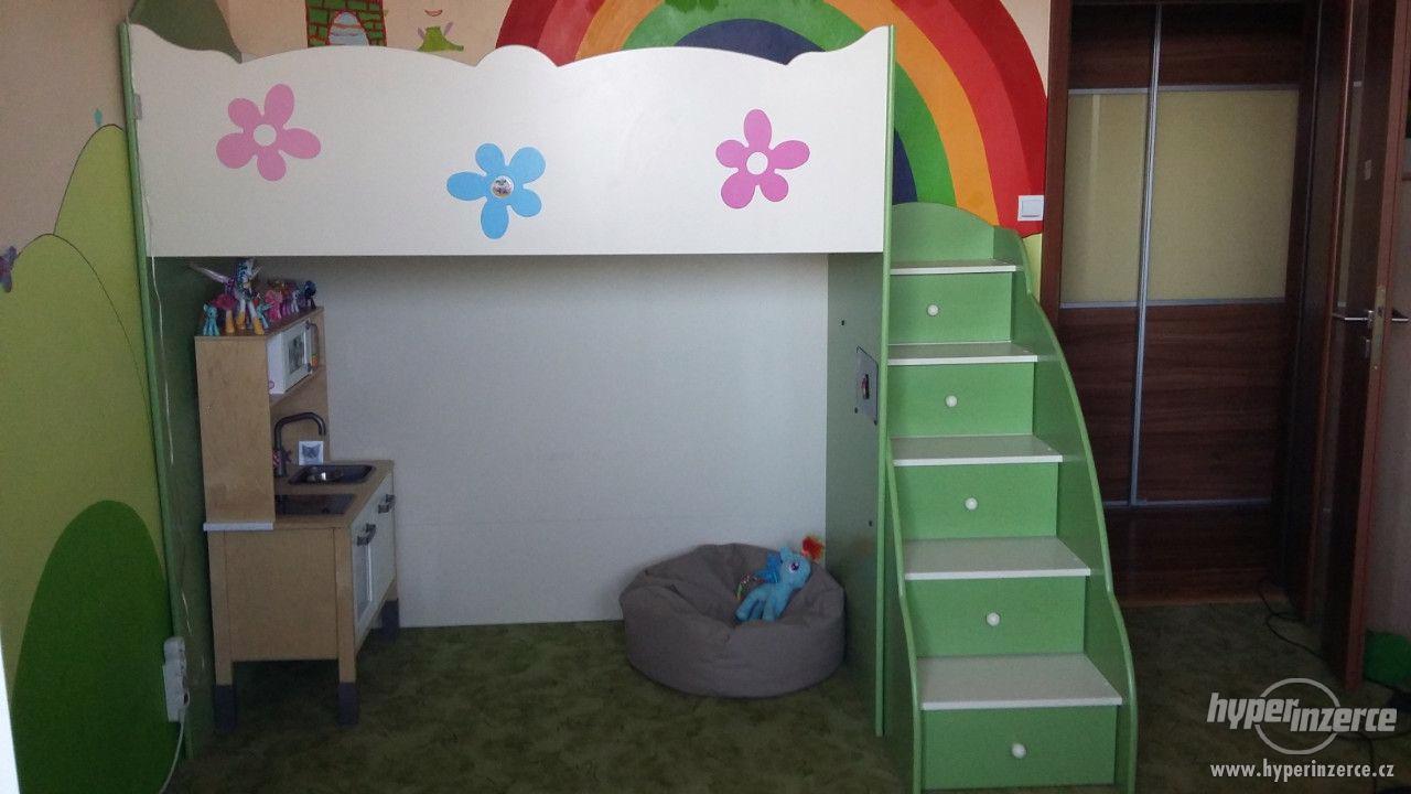 Vyvýšená dětská postel s úložnými prostory - foto 1