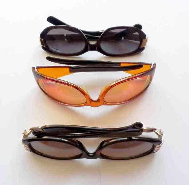 Troje kvalitní sluneční brýle, viz fotografie