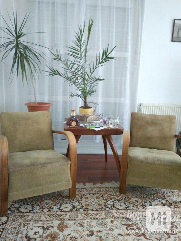 Starožitná křesla a stolek Halabala. - foto 7
