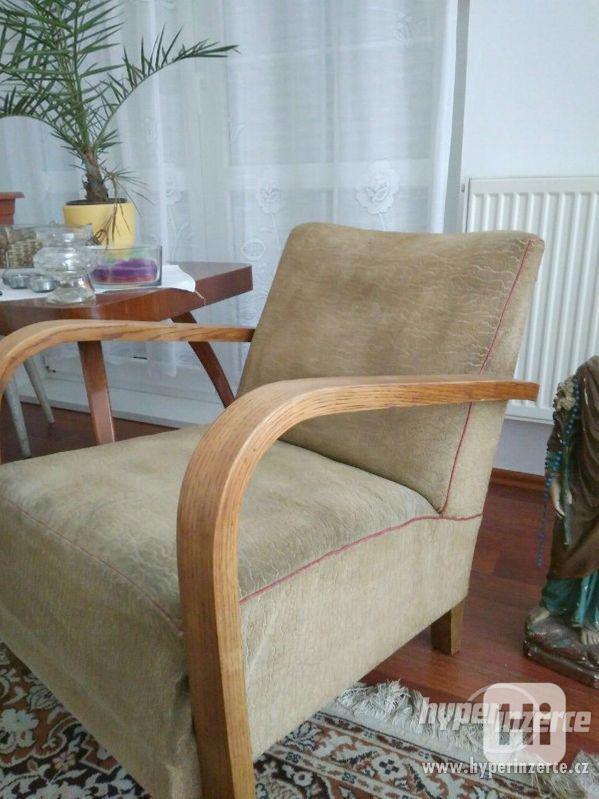 Starožitná křesla a stolek Halabala. - foto 8