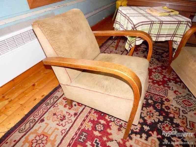 Starožitná křesla a stolek Halabala. - foto 2