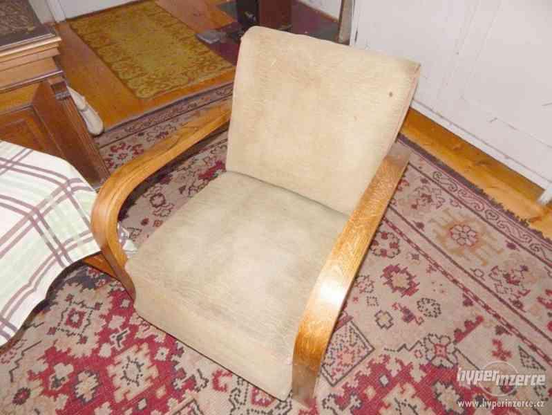 Starožitná křesla a stolek Halabala. - foto 5