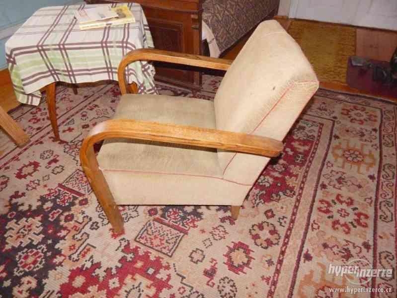 Starožitná křesla a stolek Halabala. - foto 6