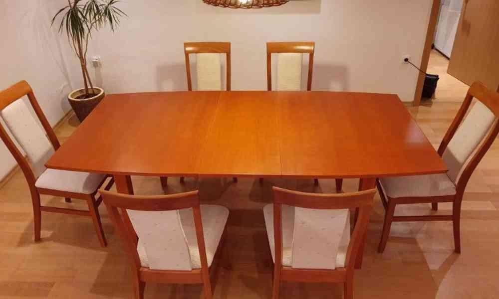 Prodám stůl z masivu + 6 ks židlí s bílým polstrováním.