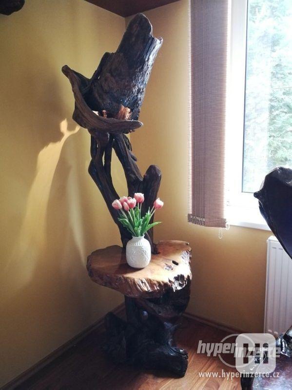 Stojan na kytky se zabudovanou lampou