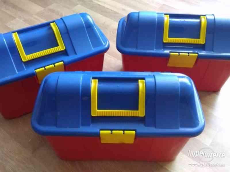 3 plastové barevné kufříky