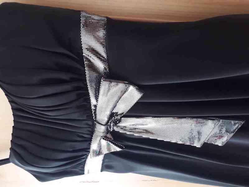 Kvalitní černé společenské šaty s třpytivými pruhy