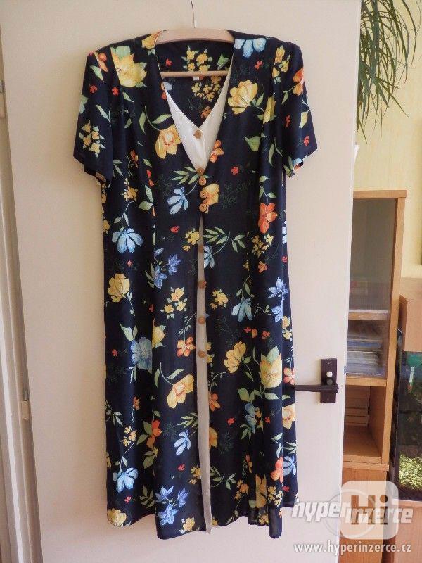 Moderní dámské letní šaty, propínací