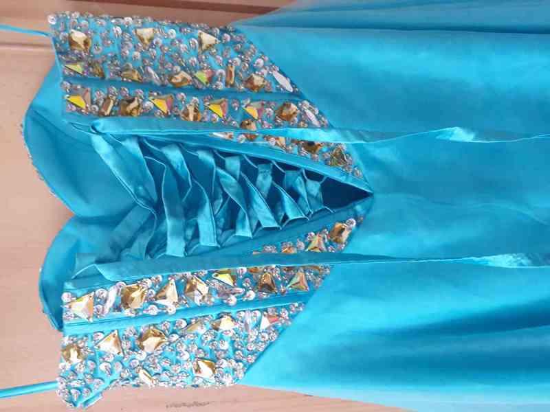 Nádherné dlouhé modré plesové šaty