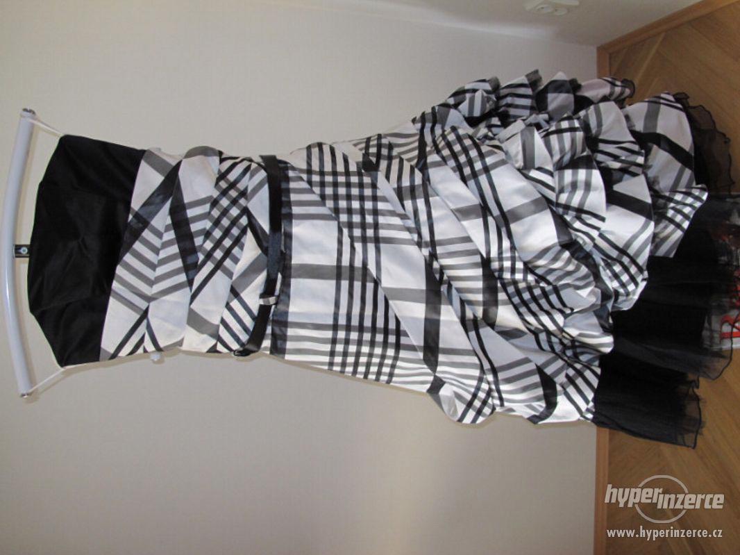 Kostkované černo-bílé plesové šaty - foto 1