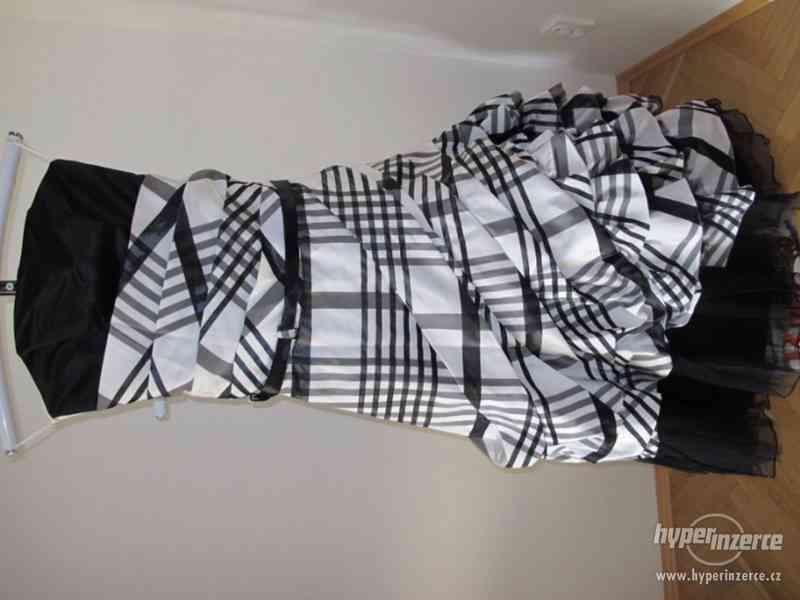 Kostkované černo-bílé plesové šaty - foto 3