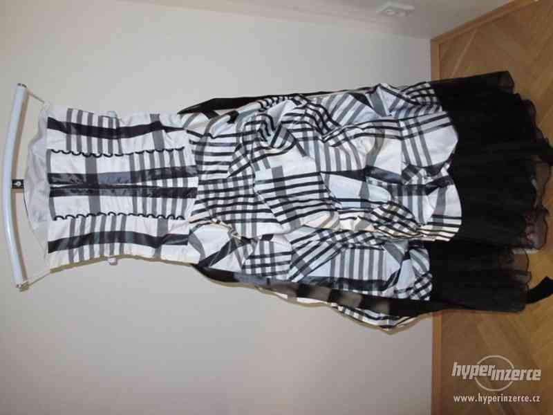 Kostkované černo-bílé plesové šaty - foto 4