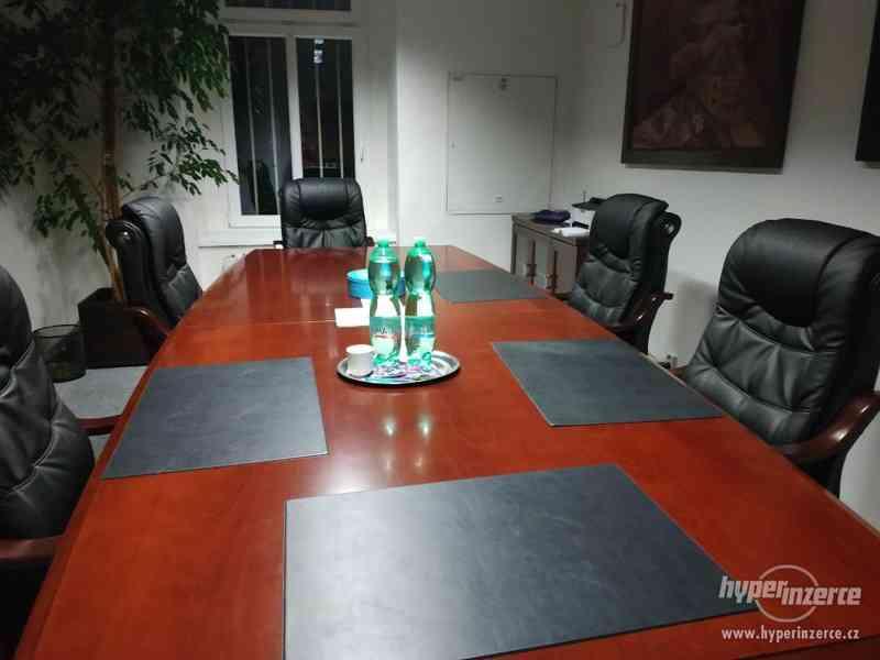 Stůl, 6 masivních křesel, skříňka - zasedací místnost