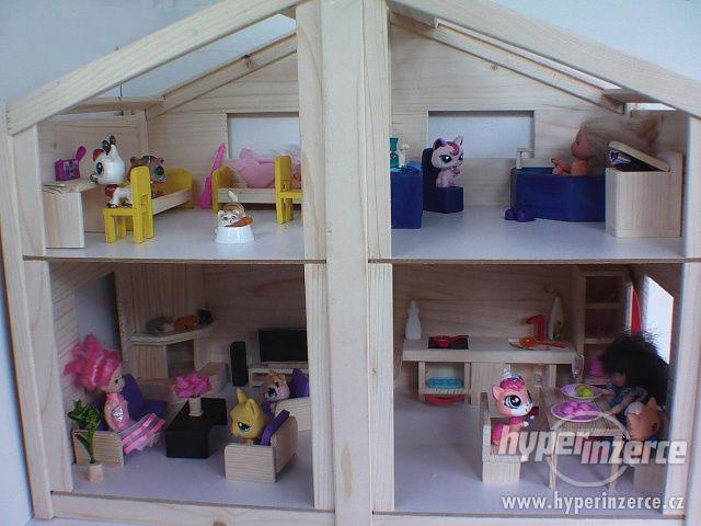 Dřevěný domeček s nábytkem pro panenky