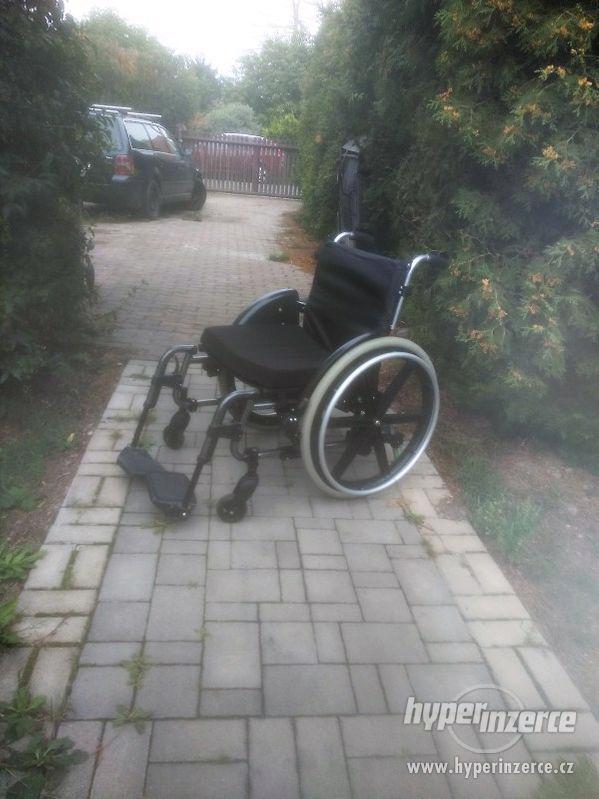 Odlehčený skládací invalidní vozík