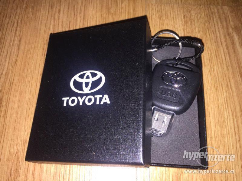 USB flash disk 32 GB klíč Toyota v dárkové krabičce - foto 1